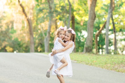 Sweet sisters hugging | Niceville, Florida Child Photography